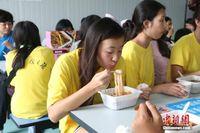 美国华裔青少年寻根广西 体验当地特色美食