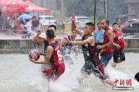 """广西苗族民众""""水上篮球""""庆丰收"""