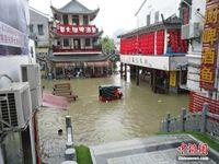 广西桂林阳朔暴雨持续 西街商铺受灾