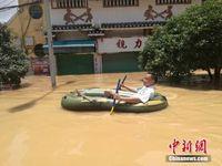 广西融水成泽国 居民水中淡定拍照玩耍