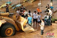 广西一高校被淹 铲车救援受困学生