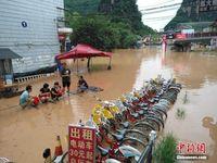 暴雨致桂林阳朔所有景区临时关闭 水漫西街