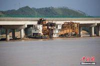 广西梧州一挖沙船被洪水冲走 撞上大桥