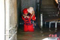 柳江广西柳州段现超警洪水 消防官兵淌水背人