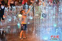 三伏天广西南宁气温骤升 幼童戏水觅清凉