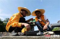 广西铁路工人高温酷暑保铁路畅通