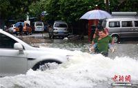 广西北海遭暴雨袭击 多路段内涝
