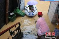 广西柳州今夏第五次被洪水袭击 居民合伙买船出行