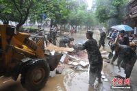 广西北部洪水渐退 应征青年投入清淤