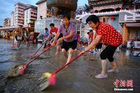 广西柳州洪水退却 军民连夜清淤
