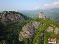 航拍广西天门山绝壁观景平台 悬空700米峭壁