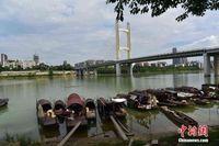 广西柳州都市里的渔民