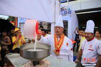 广西工匠现场制作千米螺蛳粉供民众免费品尝