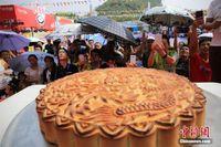 广西柳州60斤重螺蛳粉月饼引围观 民众争相品尝