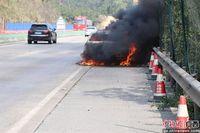 防城港一小车高速被火吞噬烧成铁架