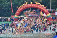 南宁民众元旦冬泳 纪念毛泽东畅游邕江60周年