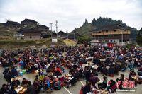 广西苗寨摆百家宴欢度苗年