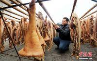 广西民众保持传统习惯 熏腊肉迎新年