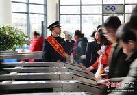 广西小站铁警的春运:不厌其烦提醒旅客注意出行安全