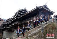 广西侗族新娘回门 亲人挑礼相送成新春风景