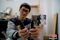 广西90后影雕匠人 一幅作品需敲击30万次