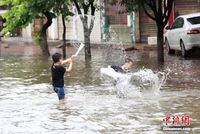 暴雨致开户送体验金柳州一街道被淹 孩子水中嬉戏
