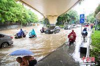 广西南宁遭强降雨侵袭 城区多处内涝市民趟水出行