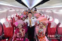 """桂林千古情艺术团飞机上演""""穿越"""" 与乘客亲密互动"""