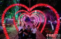 广西融安千万小彩灯点亮山谷迎游客