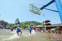 """广西柳州""""高烧""""不停 苗寨水上篮球赛享清凉"""
