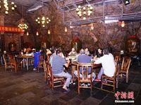 桂林市民高温天到岩洞消暑纳凉