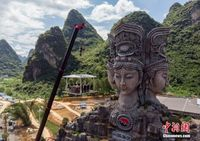 中外游人挑战桂林悬空餐厅吃米粉