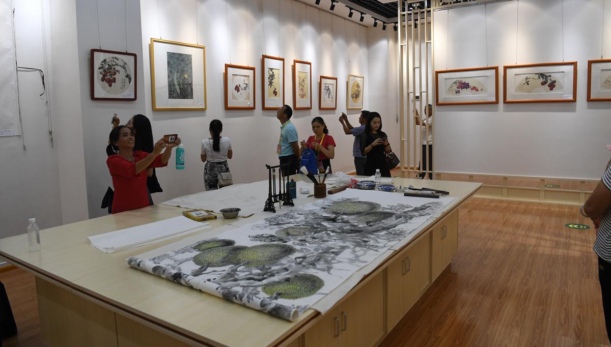 广西容县举办侨界艺术家书画展