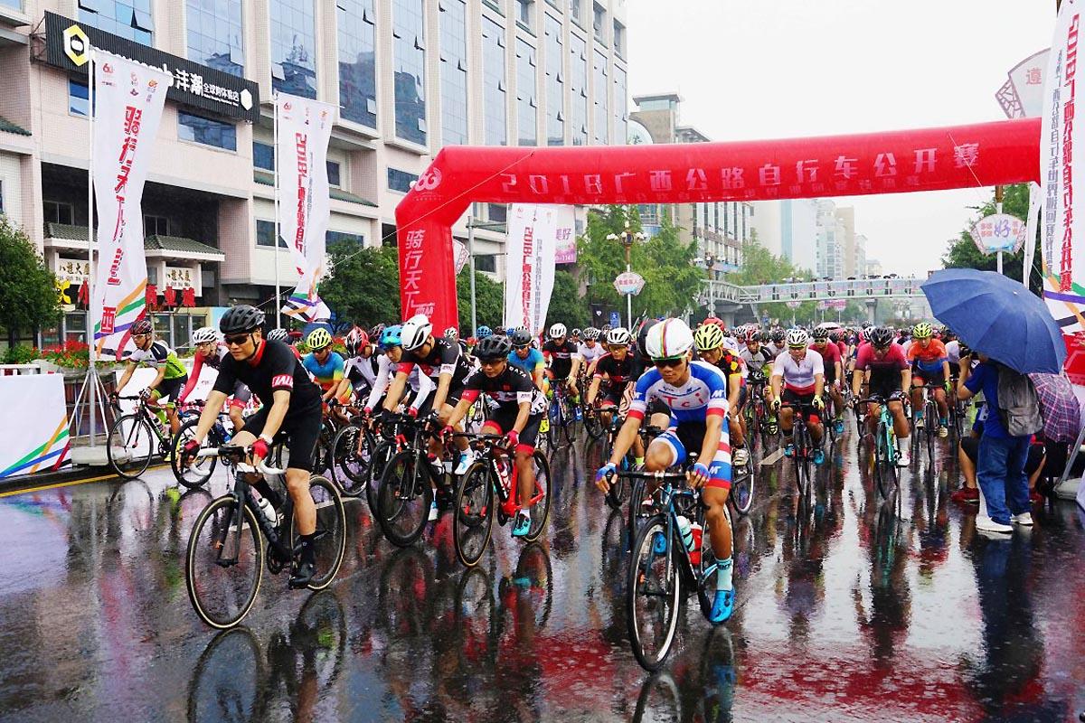 数百选手骑行桂林山水间 为环广西自行车赛预热