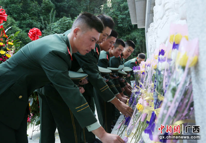 烈士纪念日武警桂林支队官兵致敬英烈