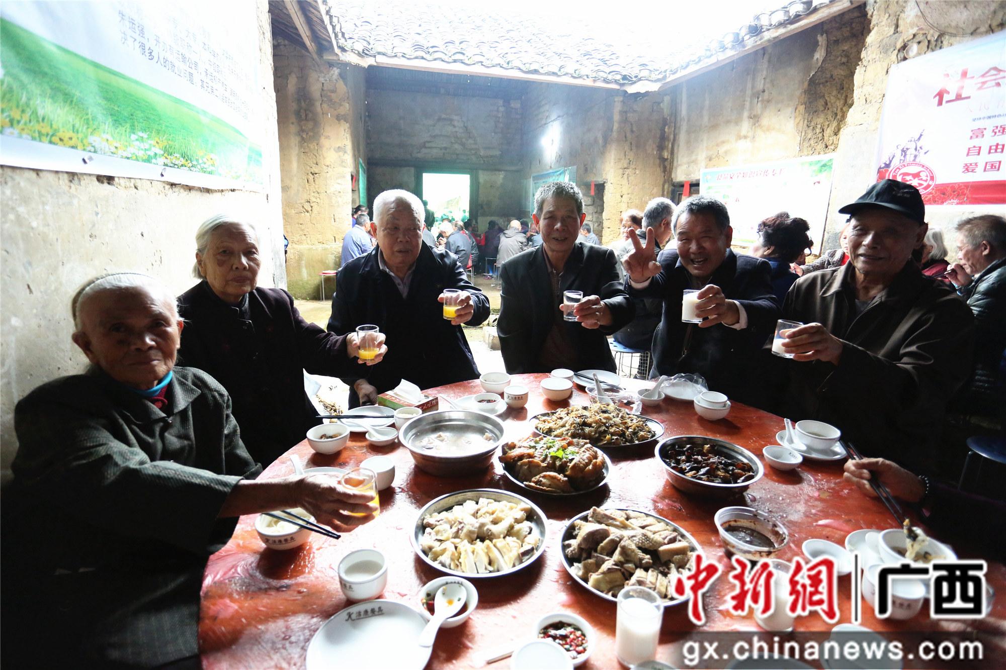 广西柳州农村青年重阳敬老 给老人摆宴席发红包