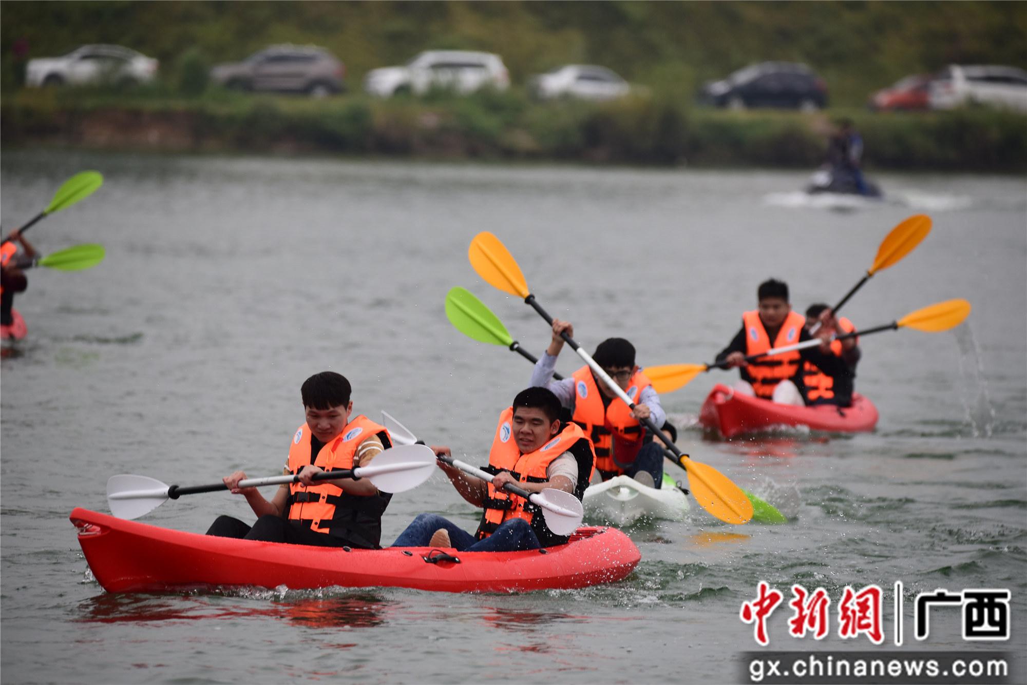 广西数百市民划皮划艇江面竞速