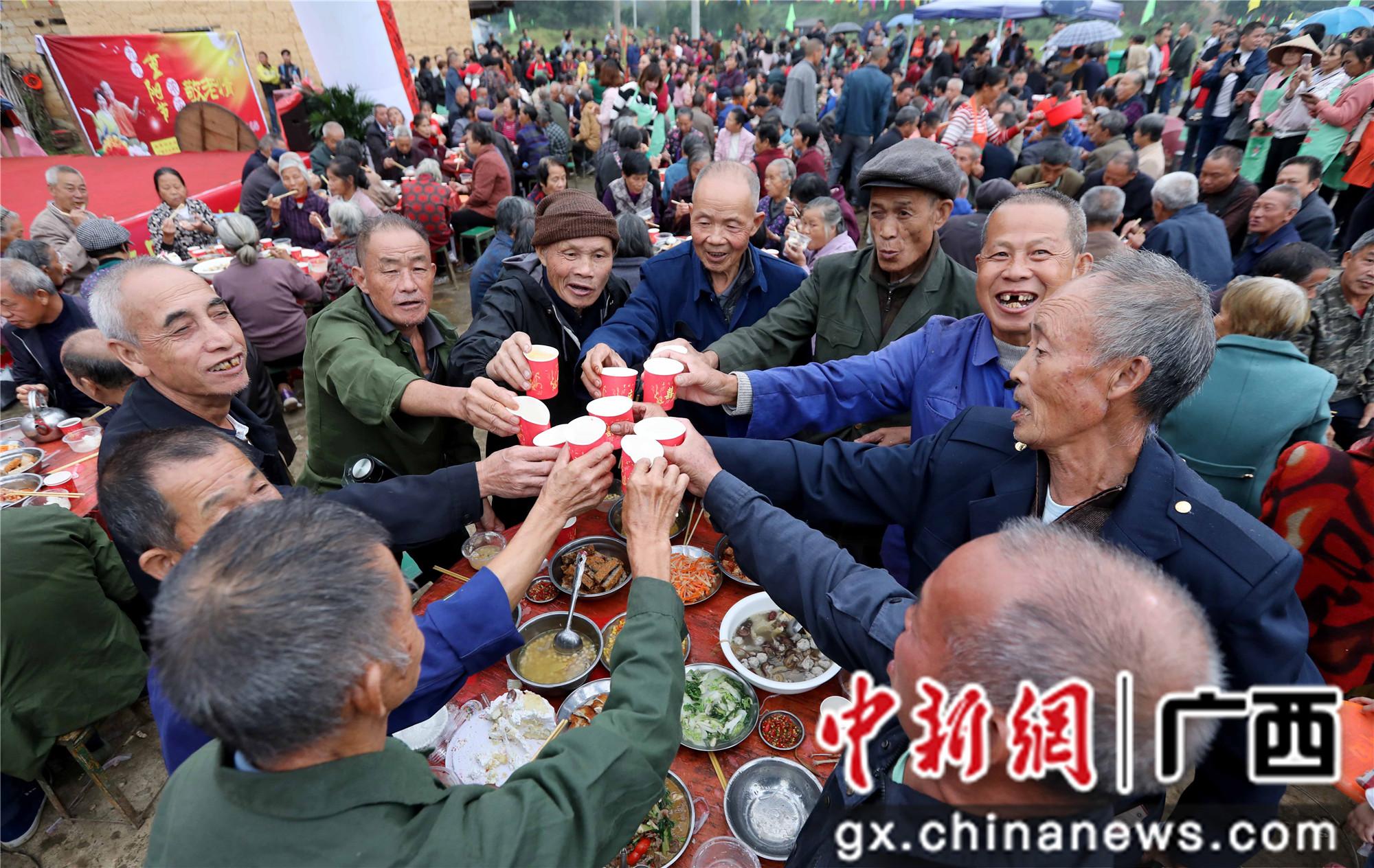 广西融安百名乡村老人喜迎重阳节