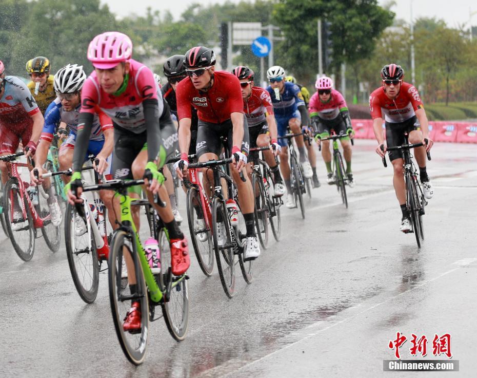 2018环88必发手机网页官网公路自行车世界巡回赛:选手冒雨参赛