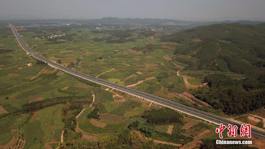 航拍广西连接海港和边境高速公路