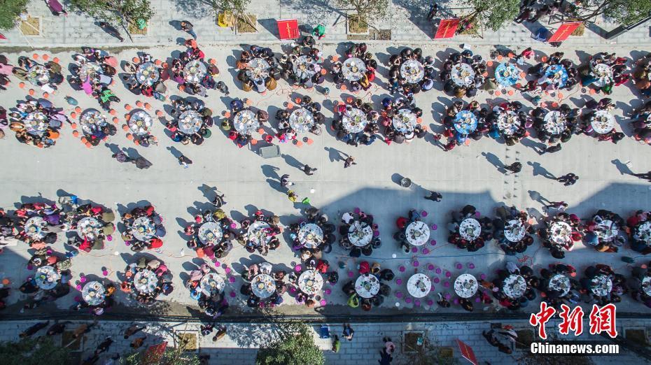 广西环江3000余名贫困户参加百桌搬迁新居宴
