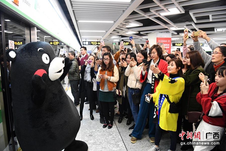 广西与日本熊本县结好36周年 酷MA萌现身南宁地铁
