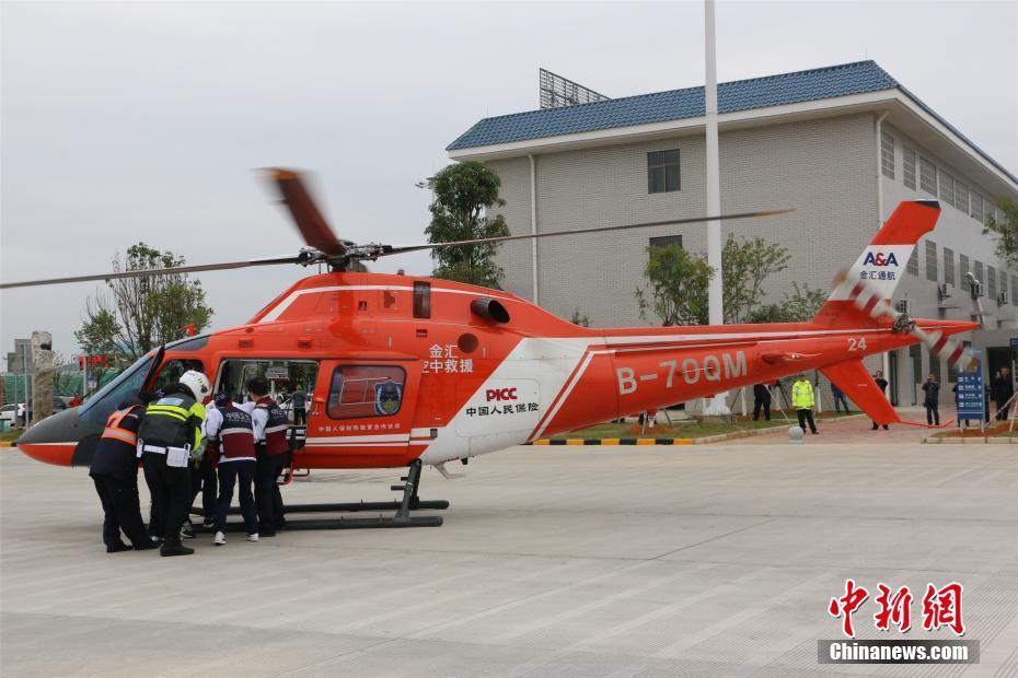 广西警方举行高速公路直升机救援演练