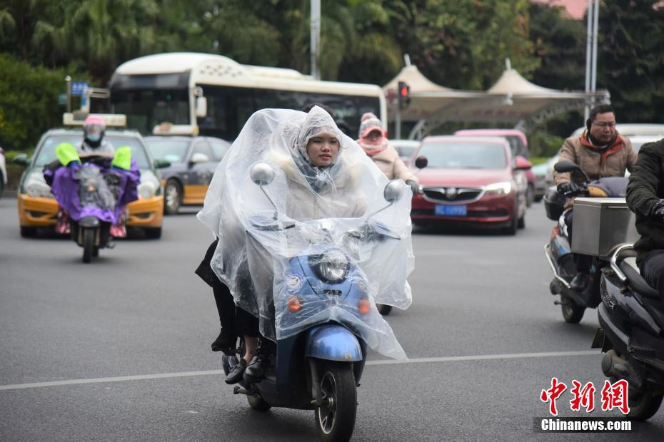 """广西柳州温度降至零下 市民将在寒潮中""""跨年"""