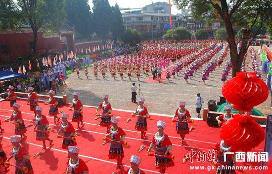 桂林恭城县千人同台共舞庆祝建国65周年