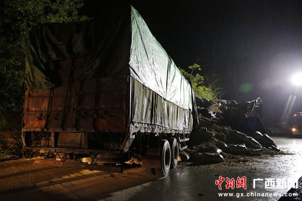 明县往板利方向322国道上,两辆大货车发生相撞交通事故,事故高清图片