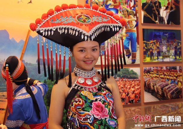广西壮乡民众向游客展示特色民俗文化(组图)
