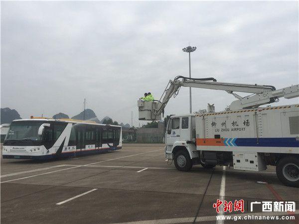 柳州机场开展飞机除防冰演练