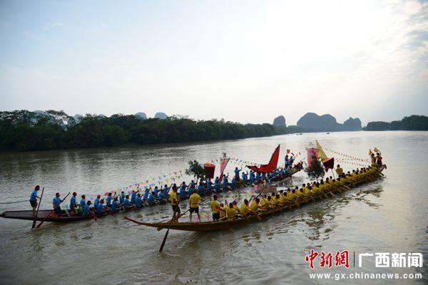 广西桂林村民自发划龙舟表演庆端午
