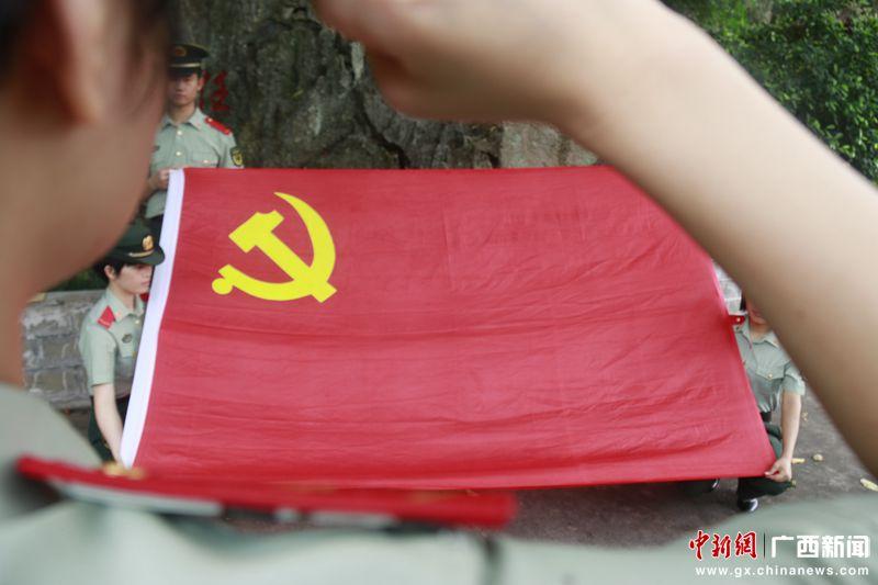 党员战士进行入党宣誓 刘晓丹摄_